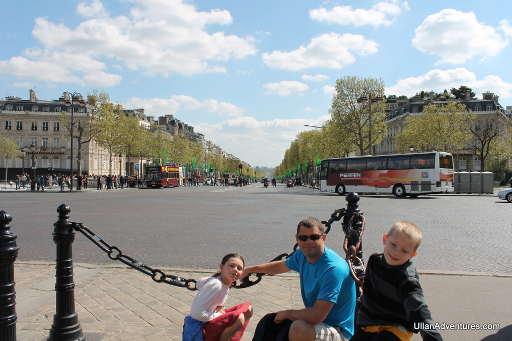 Chuck & the kids in front of the Avenue des Champs-Élysées